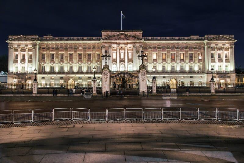 Buckingham Palace en la noche imagenes de archivo