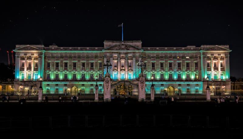 Buckingham Palace en Londres en la noche foto de archivo libre de regalías