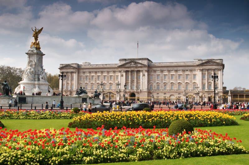 Buckingham Palace en resorte fotografía de archivo libre de regalías