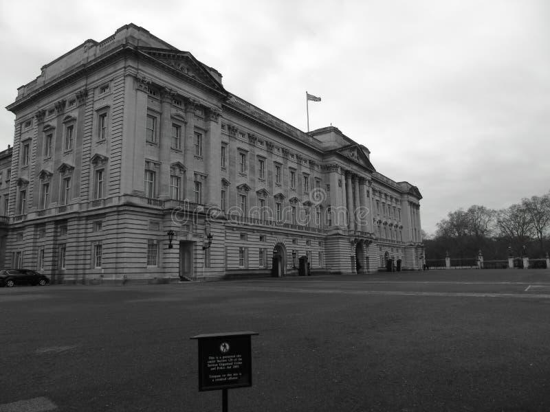 Buckingham Palace i svartvitt royaltyfri foto