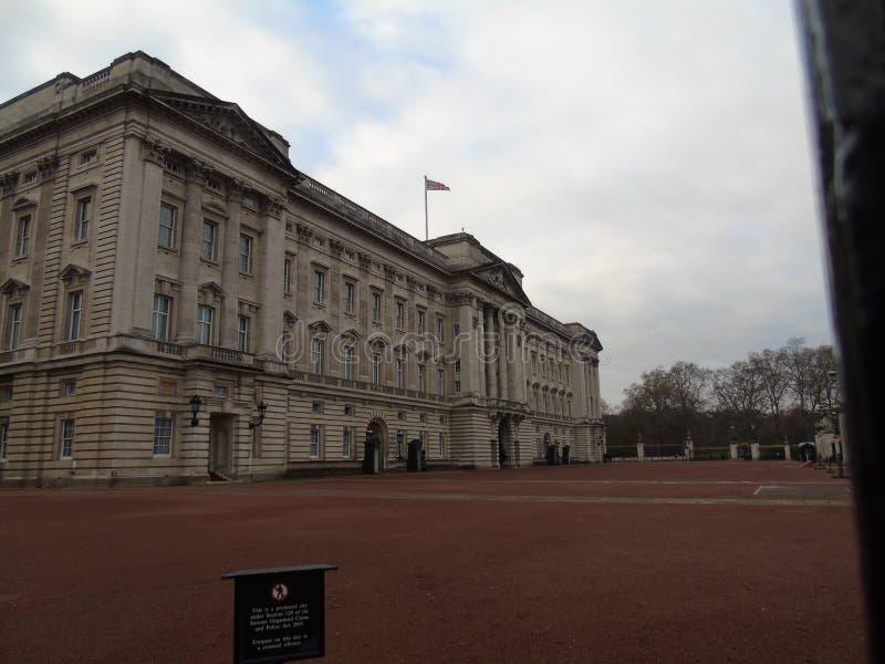 Buckingham Palace i typisk engelskaväder royaltyfria bilder