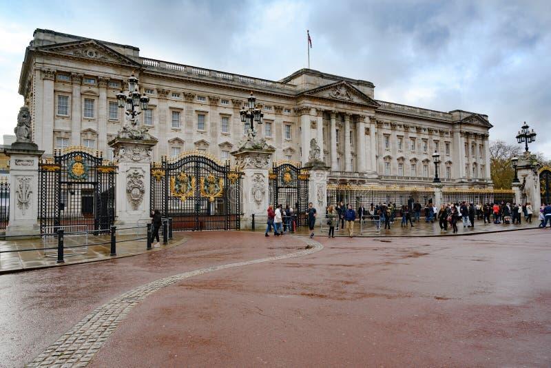 Buckingham Palace, Londen, Engeland Mensen die voor poorten van Buckingham Palace wachten royalty-vrije stock foto's
