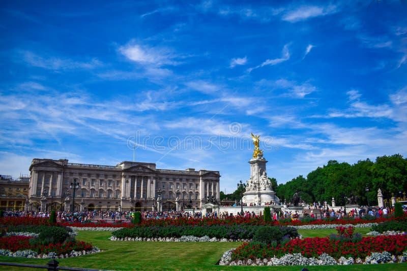 Buckingham Palace med monumentet Fullt - sikt av Buckingham Palace under soluppgång Buckingham Palace och den Victoria minnesmärk arkivfoto