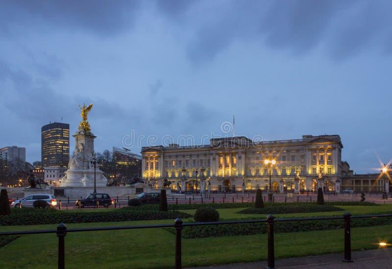 Buckingham Palace na noite, iluminada com um fulgor morno imagens de stock royalty free