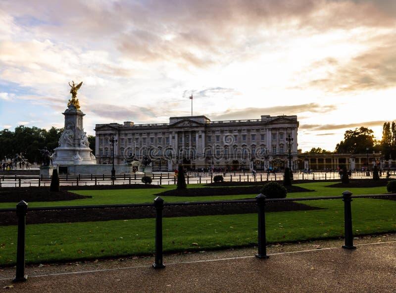 Buckingham Palace på solnedgången arkivbild