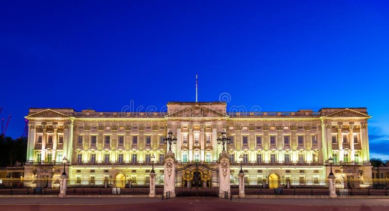 Buckingham Palace por la tarde - Londres imagen de archivo libre de regalías