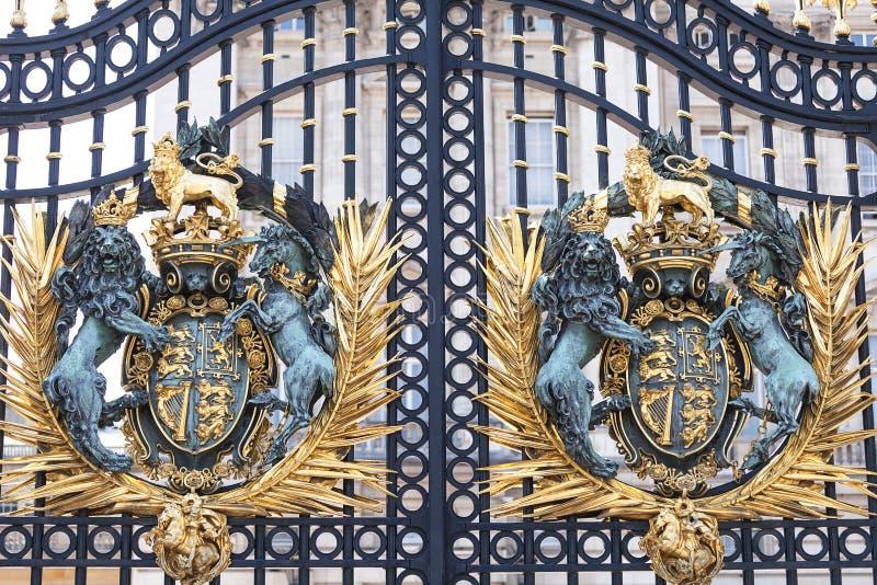 Buckingham Palace, porta decorativa da entrada com brasão real, Londres, Reino Unido imagens de stock royalty free