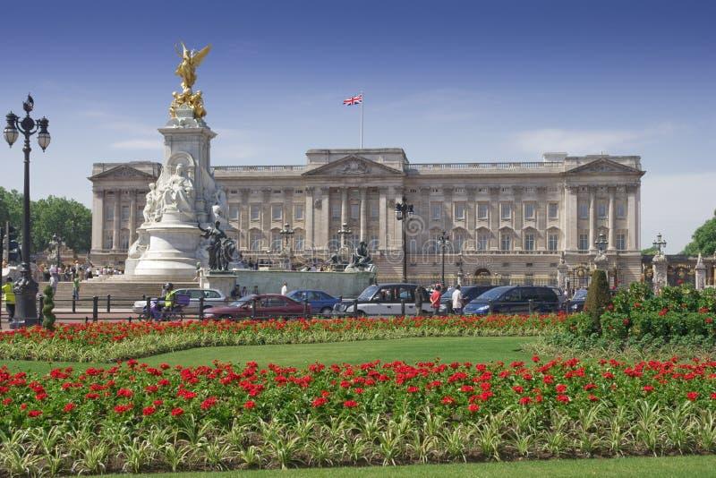 Buckingham Palace und Gärten an einem vollen Tag stockfoto