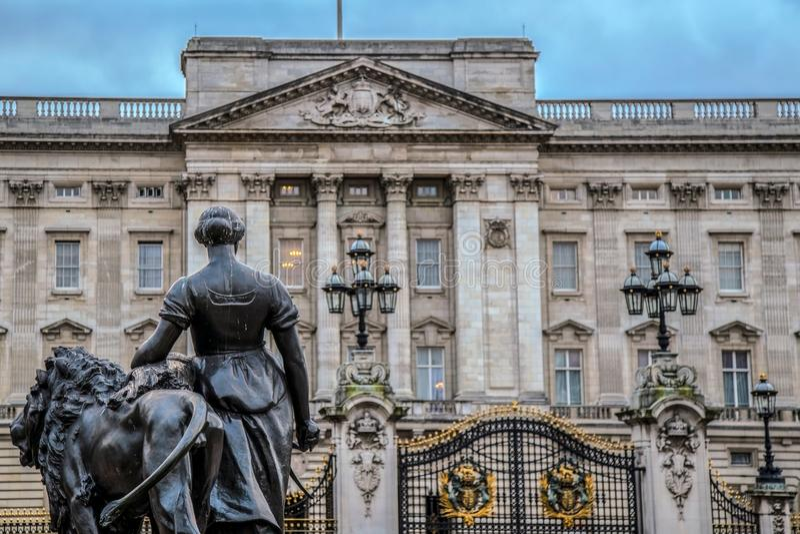 Buckingham Palace y pieza de la estatua del grupo estatuario Victoria Mem imagenes de archivo