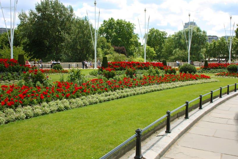 Buckingham Palace y sus jardines verdes grandes, turismo del verano imagenes de archivo