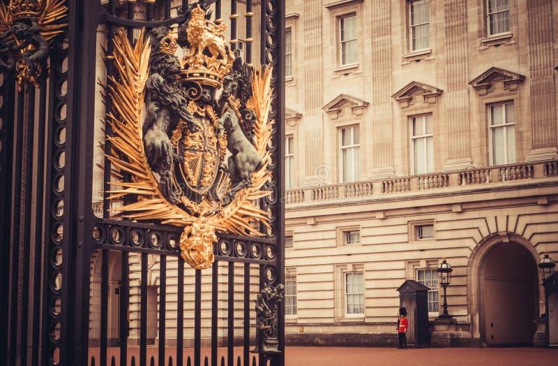 Buckinghampaleis, Londen die - oude waarden bewaken stock afbeelding