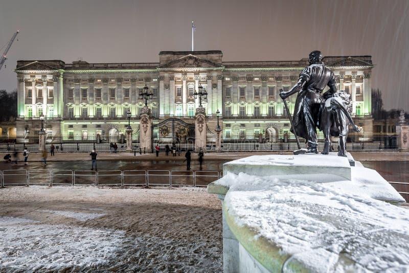 Buckinghampaleis in sneeuwnacht, Londen stock afbeelding