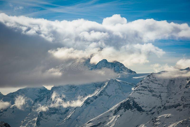 BucklaBlanche berg i molnen fotografering för bildbyråer
