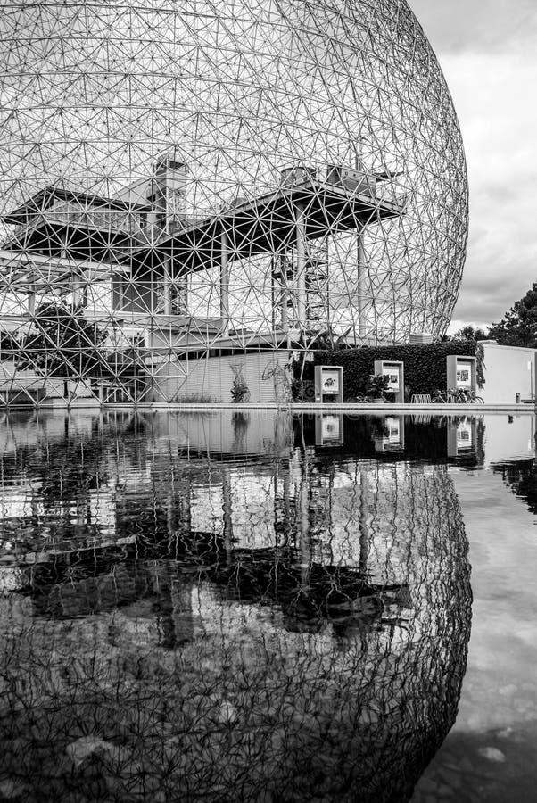 Buckminster-Fullerine Монреаля воодушевило биосферу в черно-белый отражать в своем бассейне стоковые фото