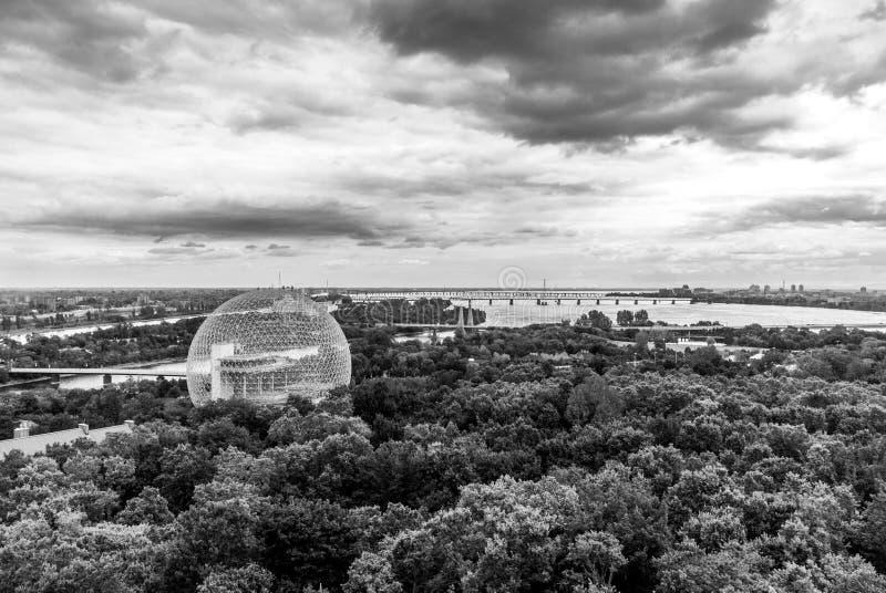 Buckminster-Fullerine de Montreal inspiró biosfera en blanco y negro a distancia foto de archivo libre de regalías