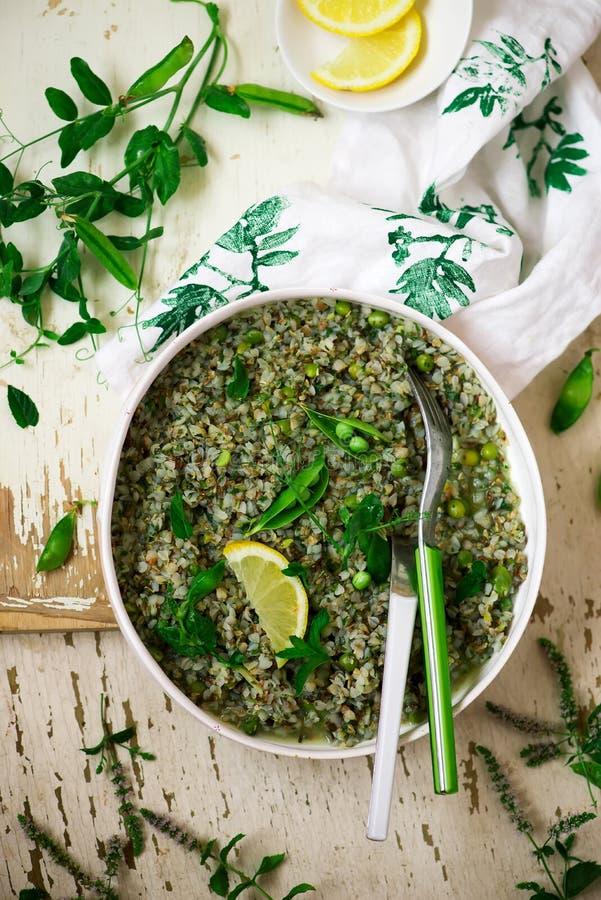 Buckweat och maträtt för risotto för gröna ärtor vegeterian royaltyfri bild