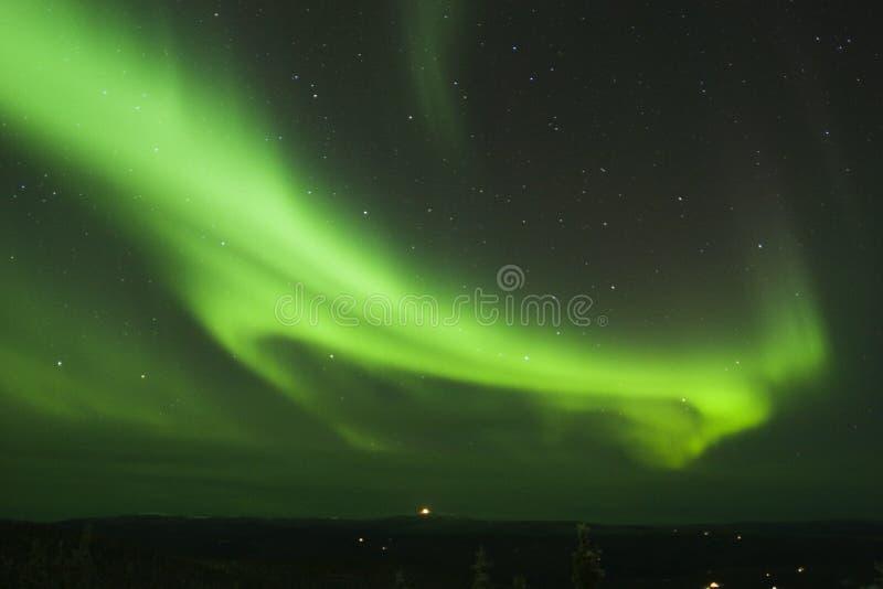 Bucle de luces norteñas en el cielo nocturno