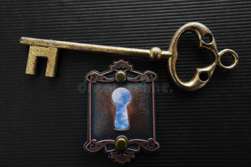 Buco della serratura del cielo blu fotografia stock libera da diritti