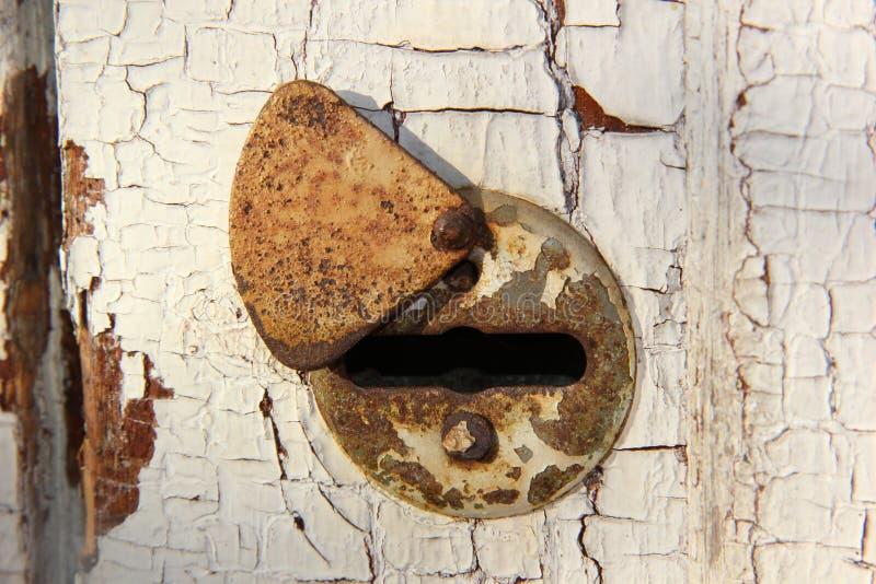 Buco della serratura nella vecchia porta fotografia stock