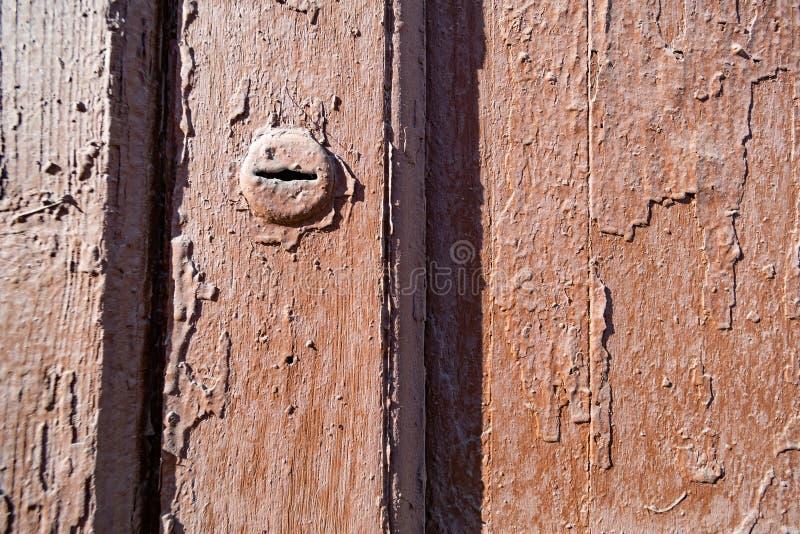 Buco della serratura in porta incrinata d'annata fotografia stock libera da diritti