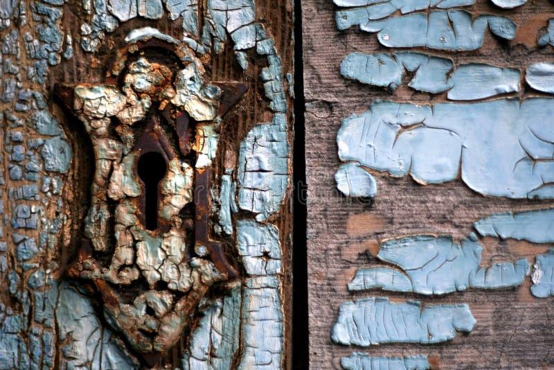 Buco della serratura sul portello di legno consumato fotografia stock libera da diritti