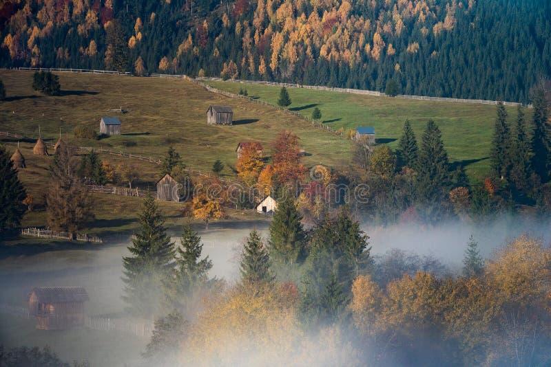 Bucovina-Herbst-Sonnenaufganglandschaft in Rumänien mit Nebel und Bergen lizenzfreies stockbild
