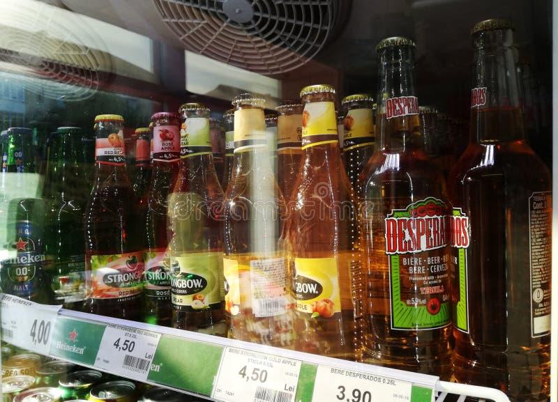 Bucuresti, Rumänien August, 10, 2019- Foto durch das Fenster bei 'Strongbow' Apfelflaschen und 'Desperados' Bier aufgenommen lizenzfreie stockfotografie