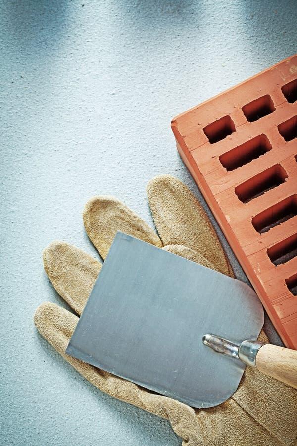 Budów ceglanych zbawczych rękawiczek tynkowa kielnia na betonie s obrazy stock