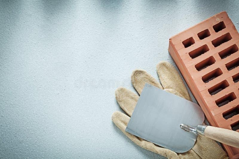 Budów ochronnych rękawiczek ceglana rzemienna tynkowa kielnia o obraz stock