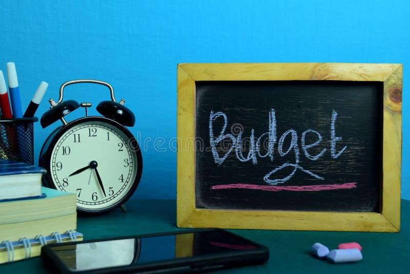 Budżeta planowanie na tle Pracujący stół z Biurowymi dostawami obraz royalty free