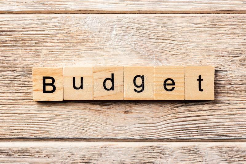 Budżeta słowo pisać na drewnianym bloku budżeta tekst na stole, pojęcie obraz stock