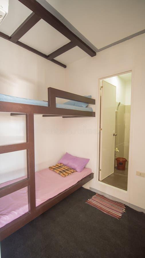 Budżetuje pokój w młodości schronisku w Azja na dwa łóżkach obrazy stock