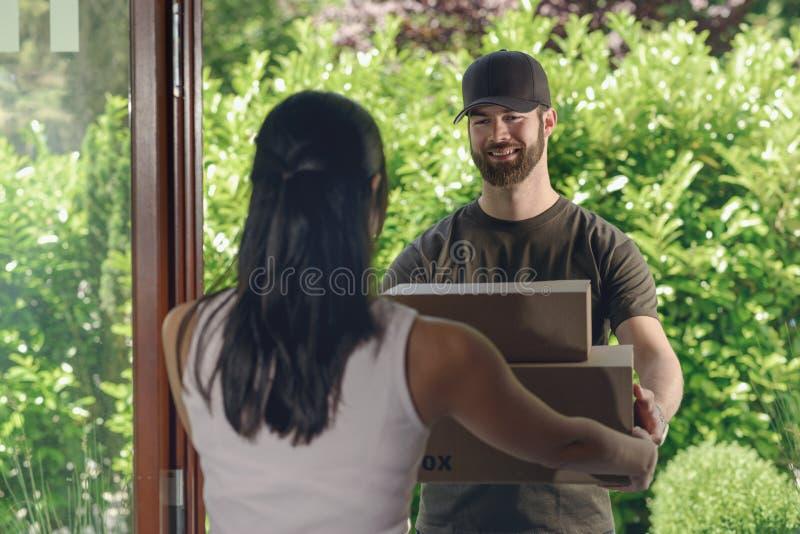 Bud som gör en dörr till dörrleveransen royaltyfri foto