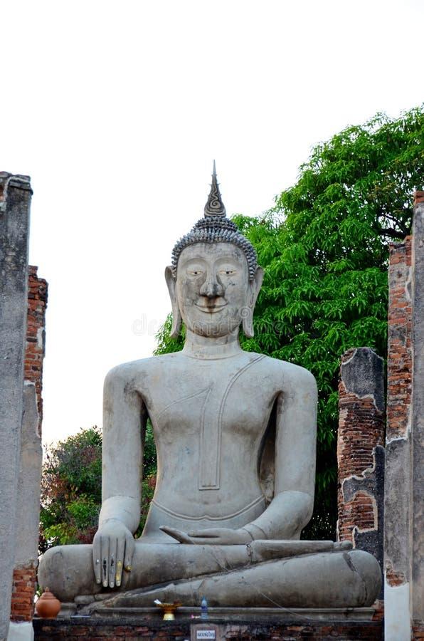 Buda antiga respeit?vel dos budistas em Tail?ndia fotografia de stock royalty free