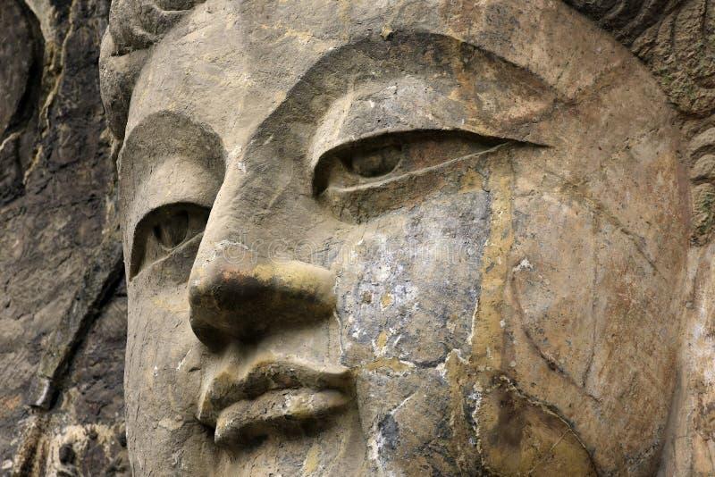 Buda ascendente próxima da cara, estátua velha de pedra de uma Buda no chinês foto de stock royalty free