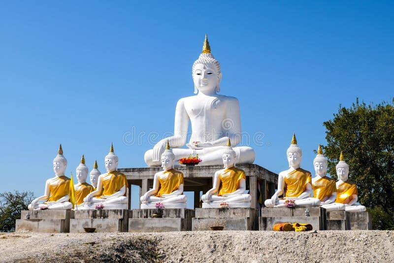 Buda blanco directo con el fondo del cielo azul foto de archivo libre de regalías
