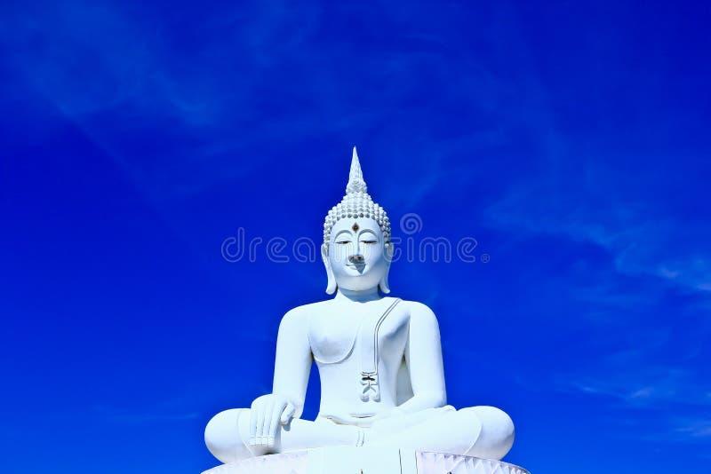 Buda blanco en el cielo
