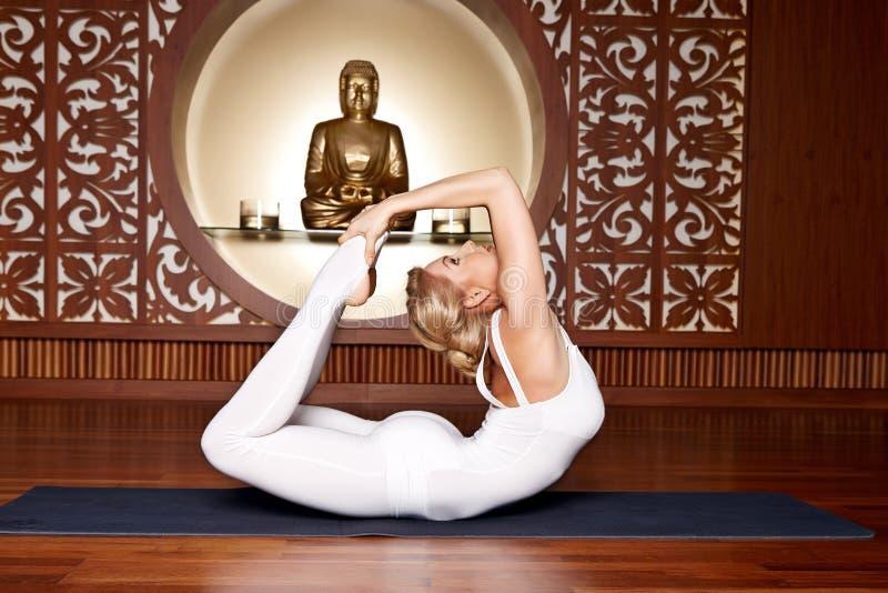 Buda bonita da meditação da ginástica dos pilates da ioga da mulher imagens de stock