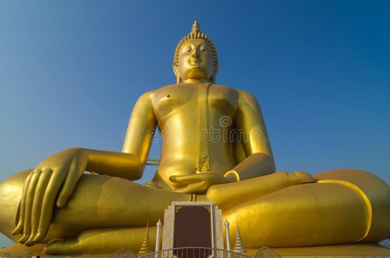 A Buda bonita grande em Wat Muang Temple com céu azul, Angt fotos de stock royalty free