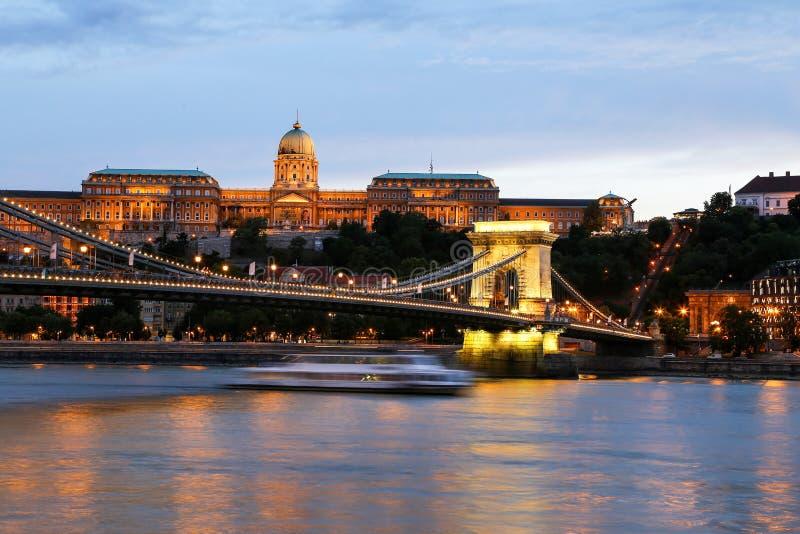 Buda Castle au crépuscule, pont à chaînes images stock