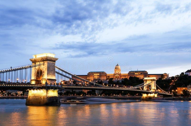 Buda Castle au crépuscule, pont à chaînes image libre de droits