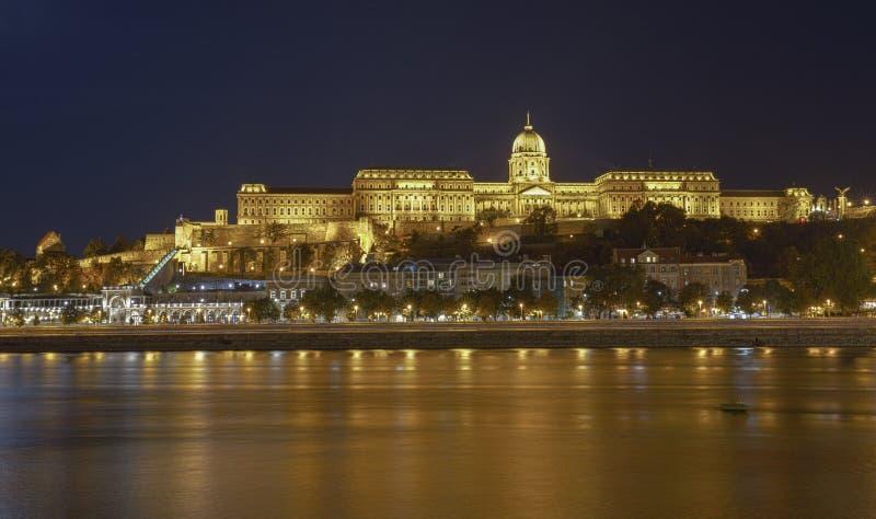 Buda Castle door de rivier van Donau bij nacht Boedapest, Hongarije HDR royalty-vrije stock foto