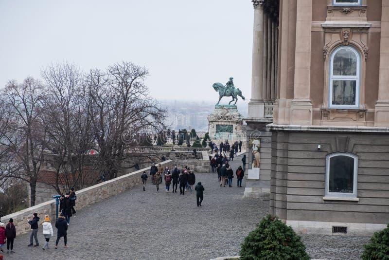 Buda Castle ou Royal Palace avec la statue de cheval, Budapest, Hongrie photographie stock libre de droits