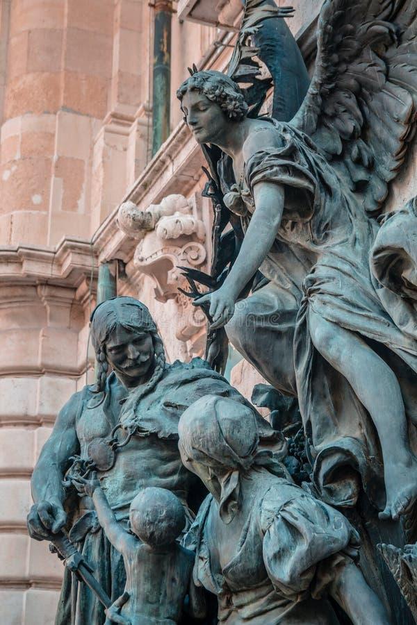 Buda Castle Statue på ingången till det nationella museet, Budapest, Ungern royaltyfri bild