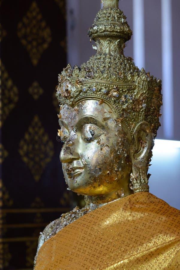 A Buda coroada no ubosot de Wat Na Phra Mane Temple, Tailândia imagens de stock royalty free
