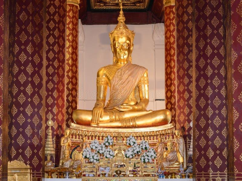 A Buda coroada no ubosot de Wat Na Phra Mane Temple, Tailândia fotos de stock royalty free