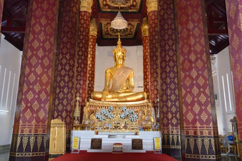 A Buda coroada no ubosot de Wat Na Phra Mane Temple, Tailândia imagem de stock
