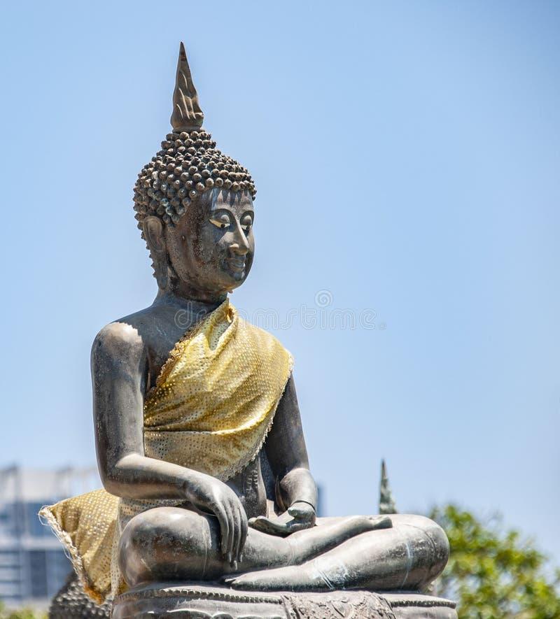 Buda de assento no templo de Seema Malaka em colombo em Sri Lanka fotografia de stock