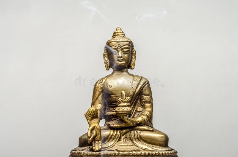 Buda de bronce aislado en el fondo blanco foto de archivo