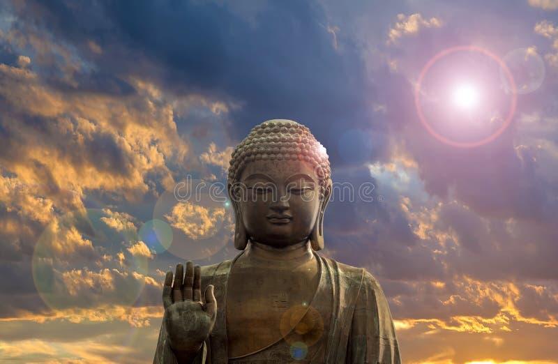 Buda de bronce grande con el fondo de las nubes fotografía de archivo libre de regalías